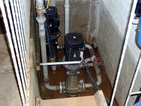 Diese beiden Saugpumpen haben bisher die Wasserabnehmer mit Trinkwasser versorgt. Störungen waren nicht selten.